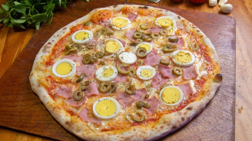 Pizza de jamón con huevo